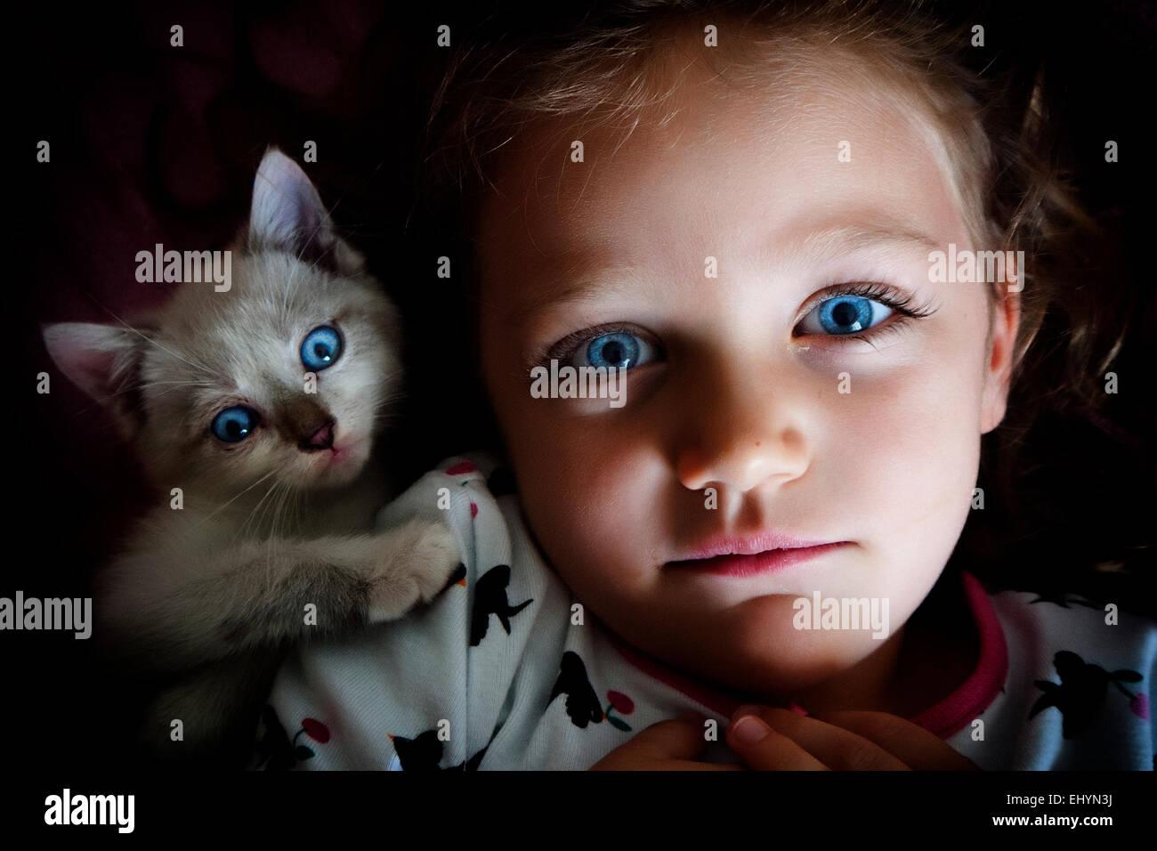Sur la tête d'une fille avec son chat Photo Stock