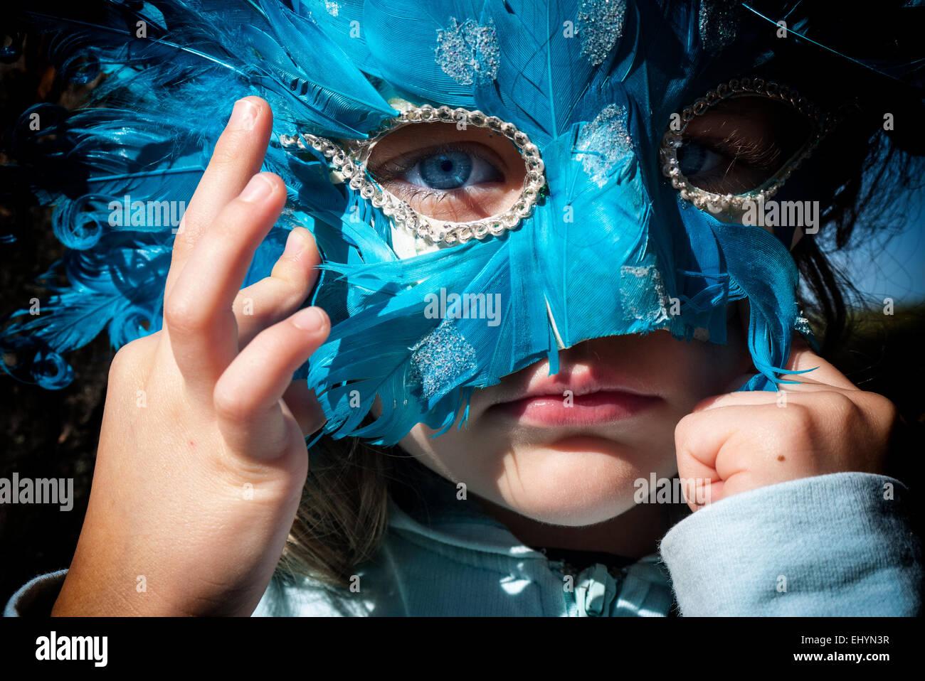 Fille portant un masque de carnaval Photo Stock