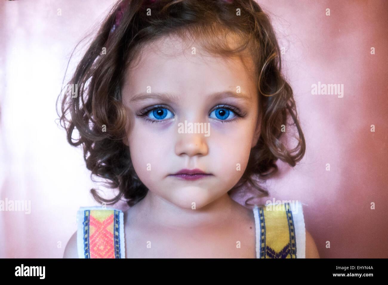 Portrait d'une fille aux yeux bleus Photo Stock