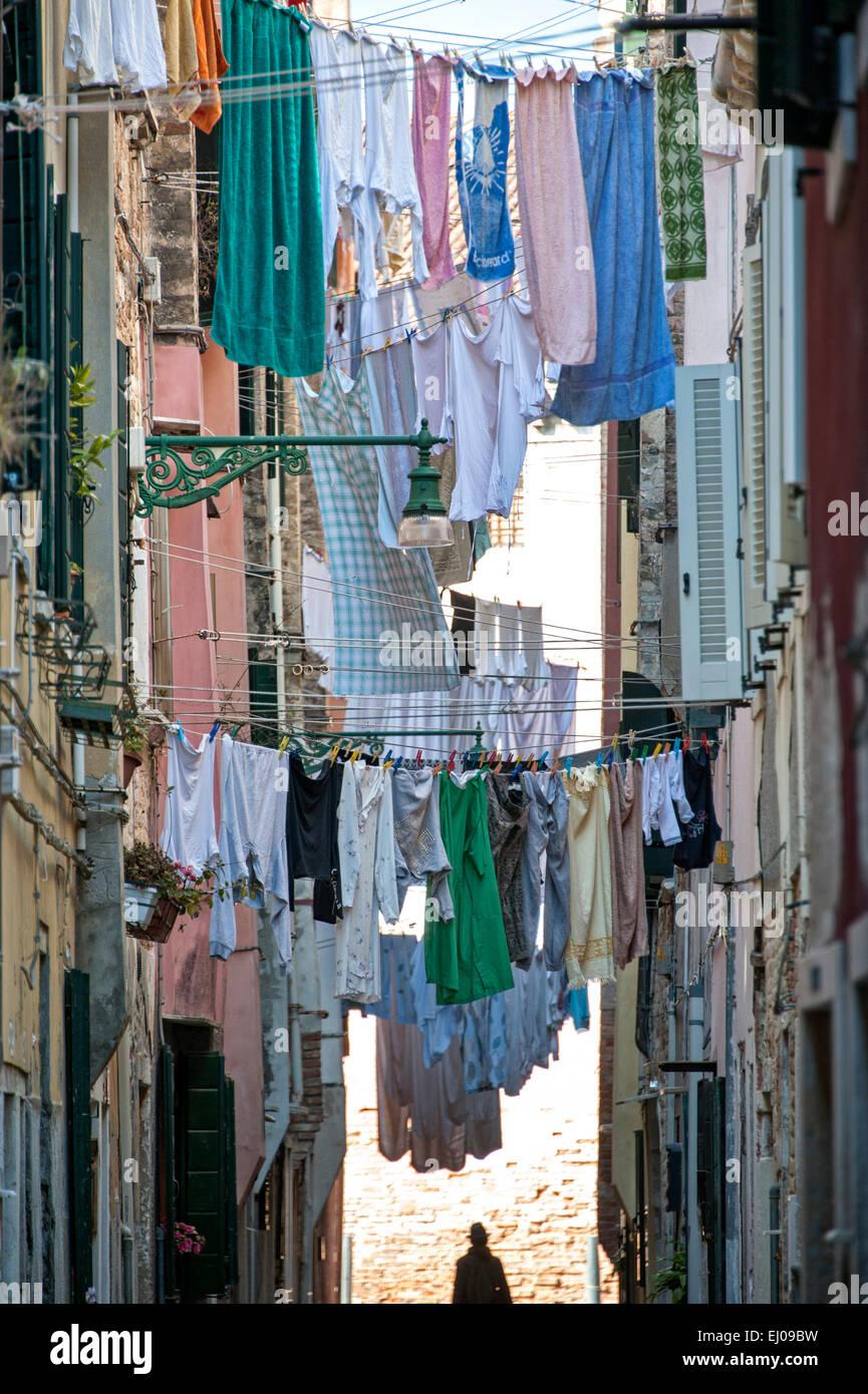 Corde à linge sur le dans rue étroite dans le quartier de Castello. Banque D'Images