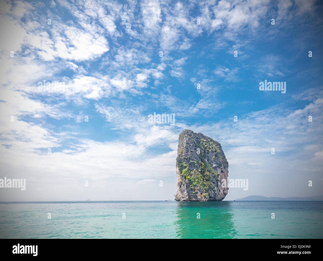 Île tropicale situé dans la province de Krabi, Thaïlande. L'effet vignette appliquée. Photo Stock