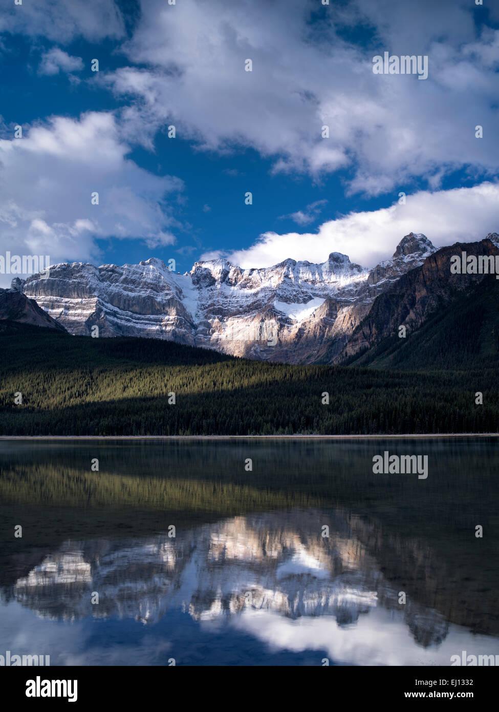Lacs et montagnes de la sauvagine avec reflets. Le parc national Banff, Alberta Canada. Photo Stock