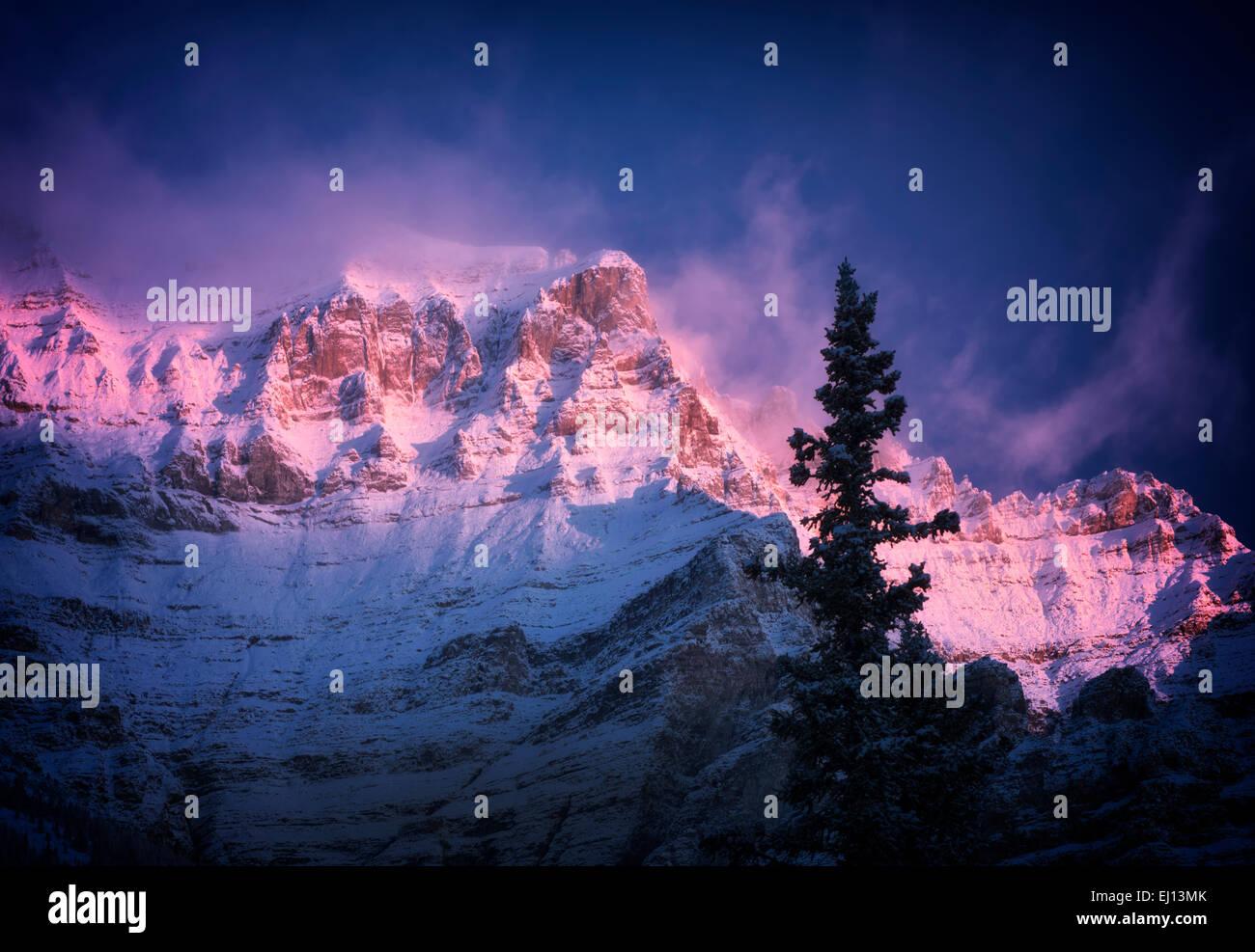 La première lumière sur la montagne, entourant le lac Moraine de neige fraîche. Le parc national Photo Stock