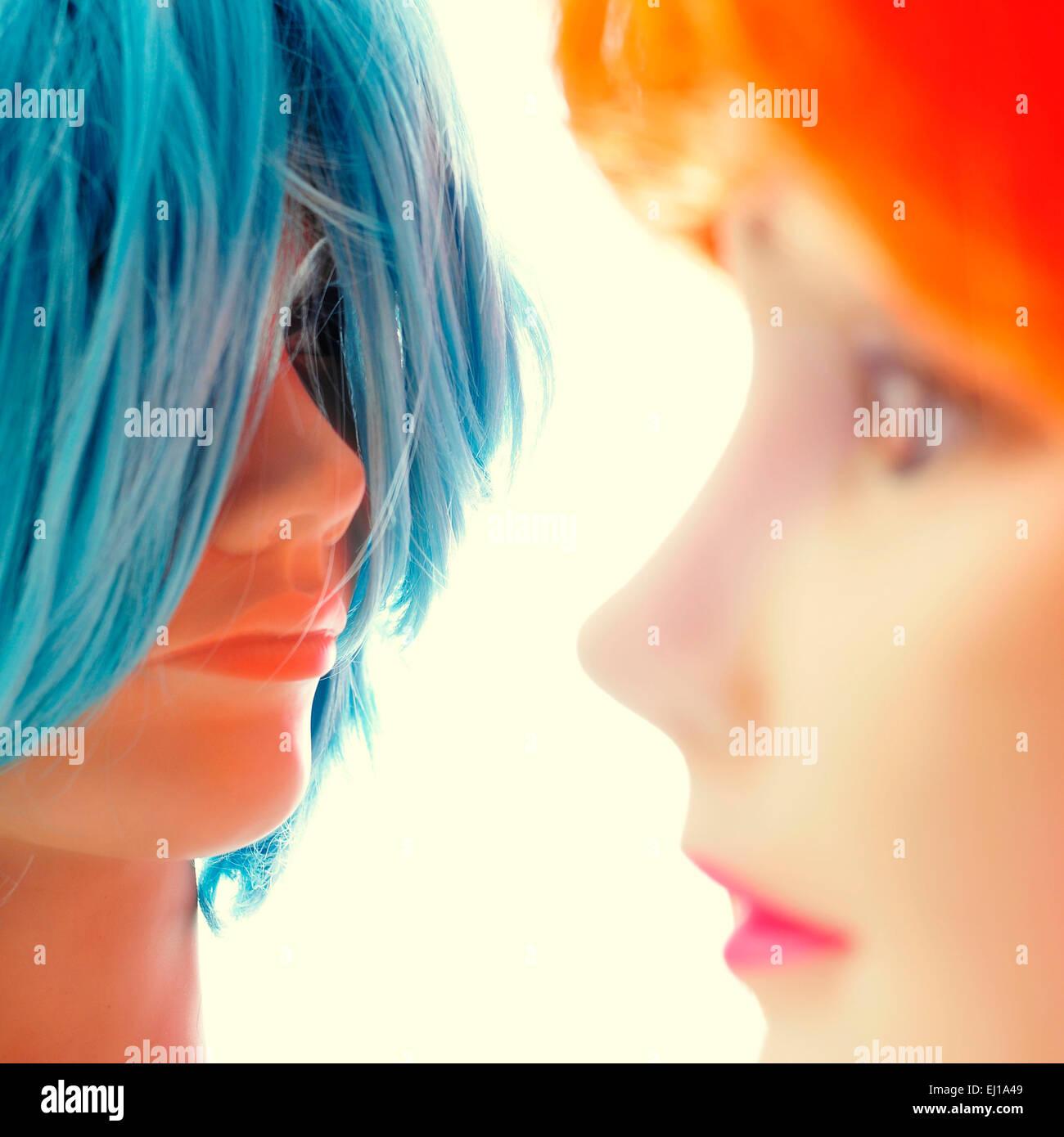 Libre de certaines perruques de couleurs différentes sur les têtes des mannequins Photo Stock