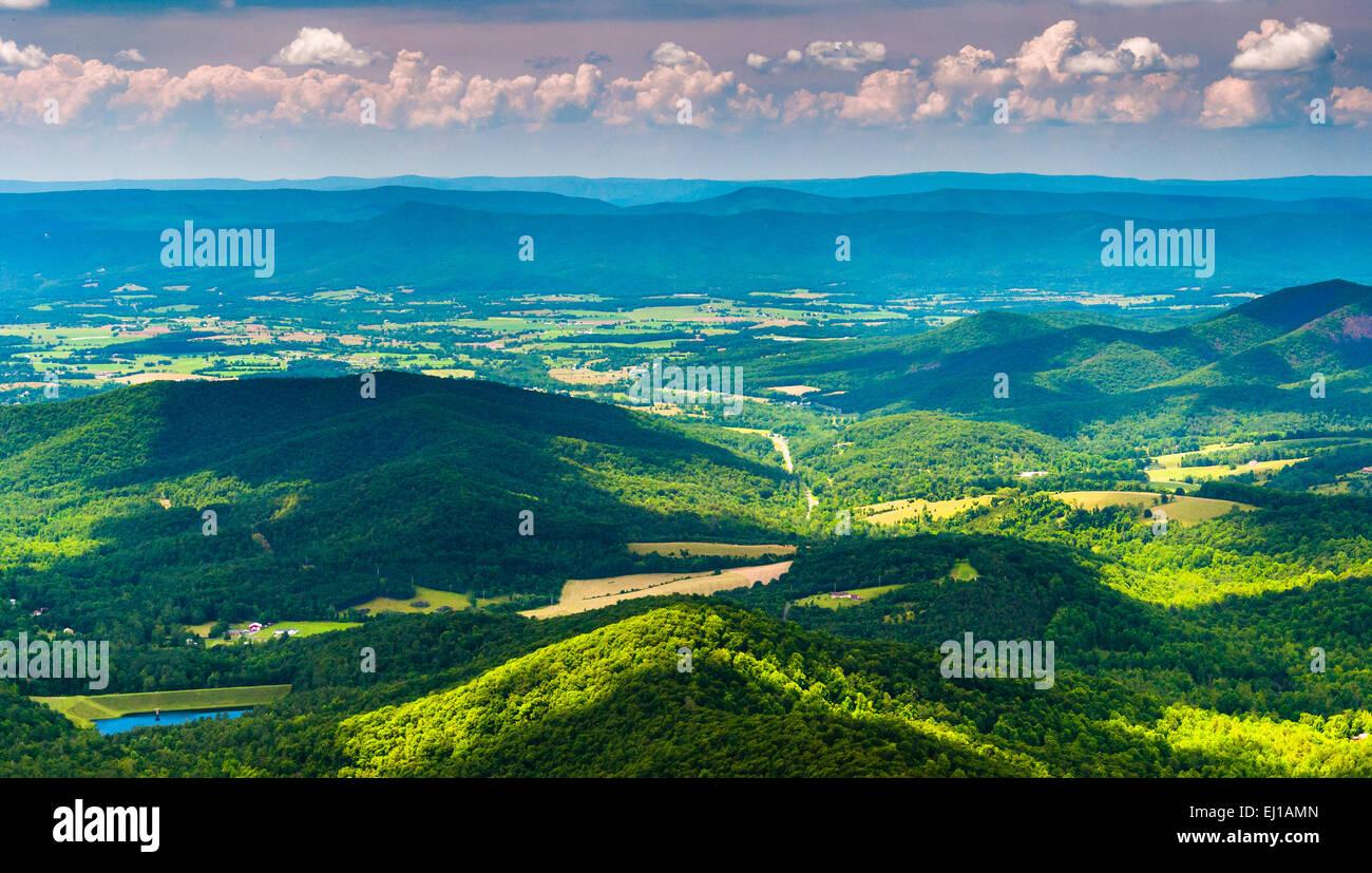 Nuages d'ombres sur les Appalaches et la vallée de Shenandoah, vu depuis le Parc National Shenandoah, en Virginie Banque D'Images