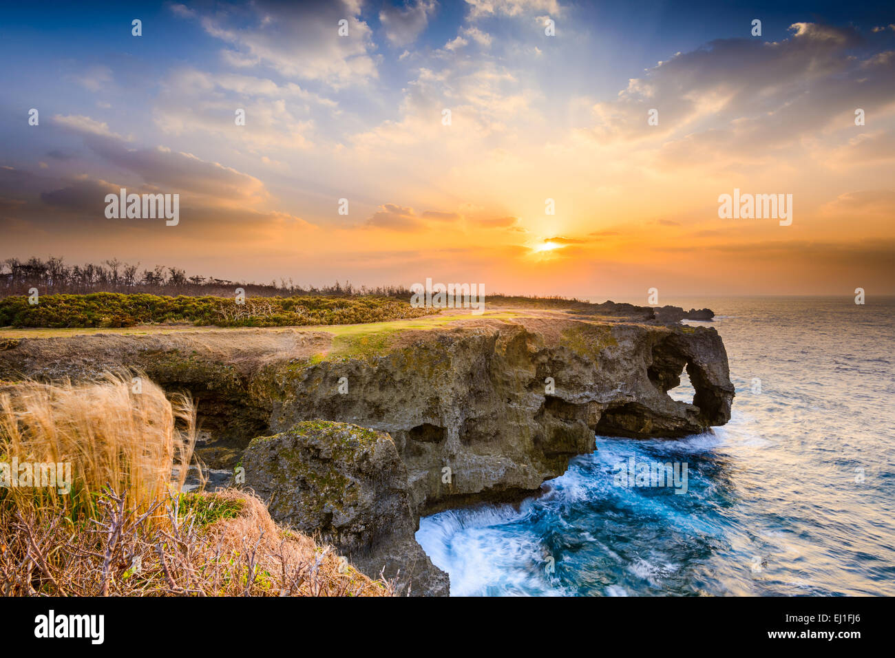 L'Okinawa, Japon à Manzamo Cape pendant le coucher du soleil. Photo Stock