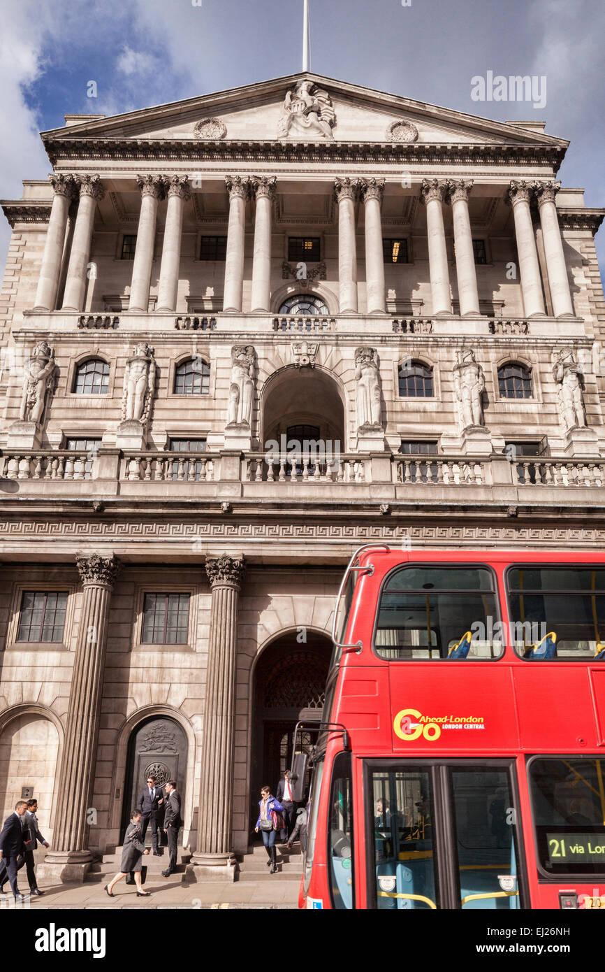 Bus à impériale rouge passant la banque d'Angleterre, Threadneedle Street, Londres. Photo Stock