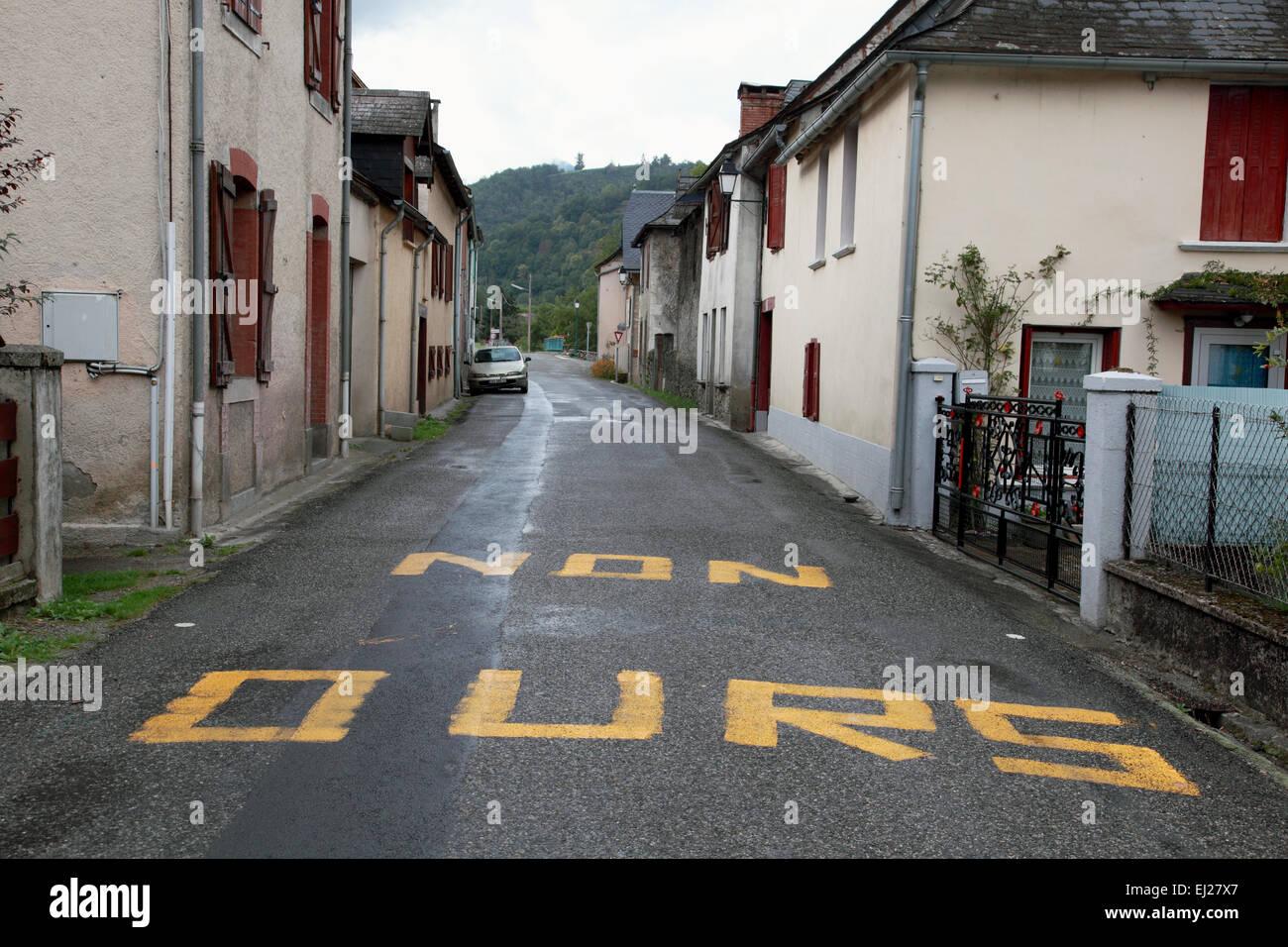 La nôtre non pas de sens pour les ours, dans le village d'Aucazein dans le département Ariège Photo Stock