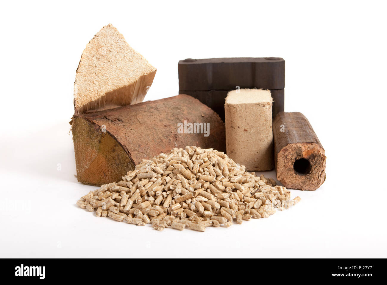 Collection de combustibles fossiles sur fond blanc, isolé, bois de chauffage, charbon, briquettes et granulés Photo Stock