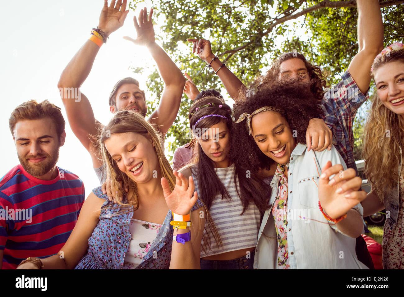 Heureux les gens branchés de danse à la musique Photo Stock