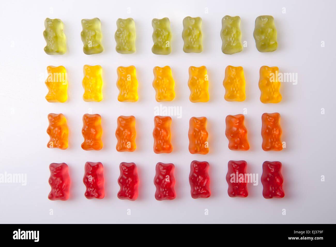 Lignes d'ours gommeux colorées isolé sur fond blanc Banque D'Images