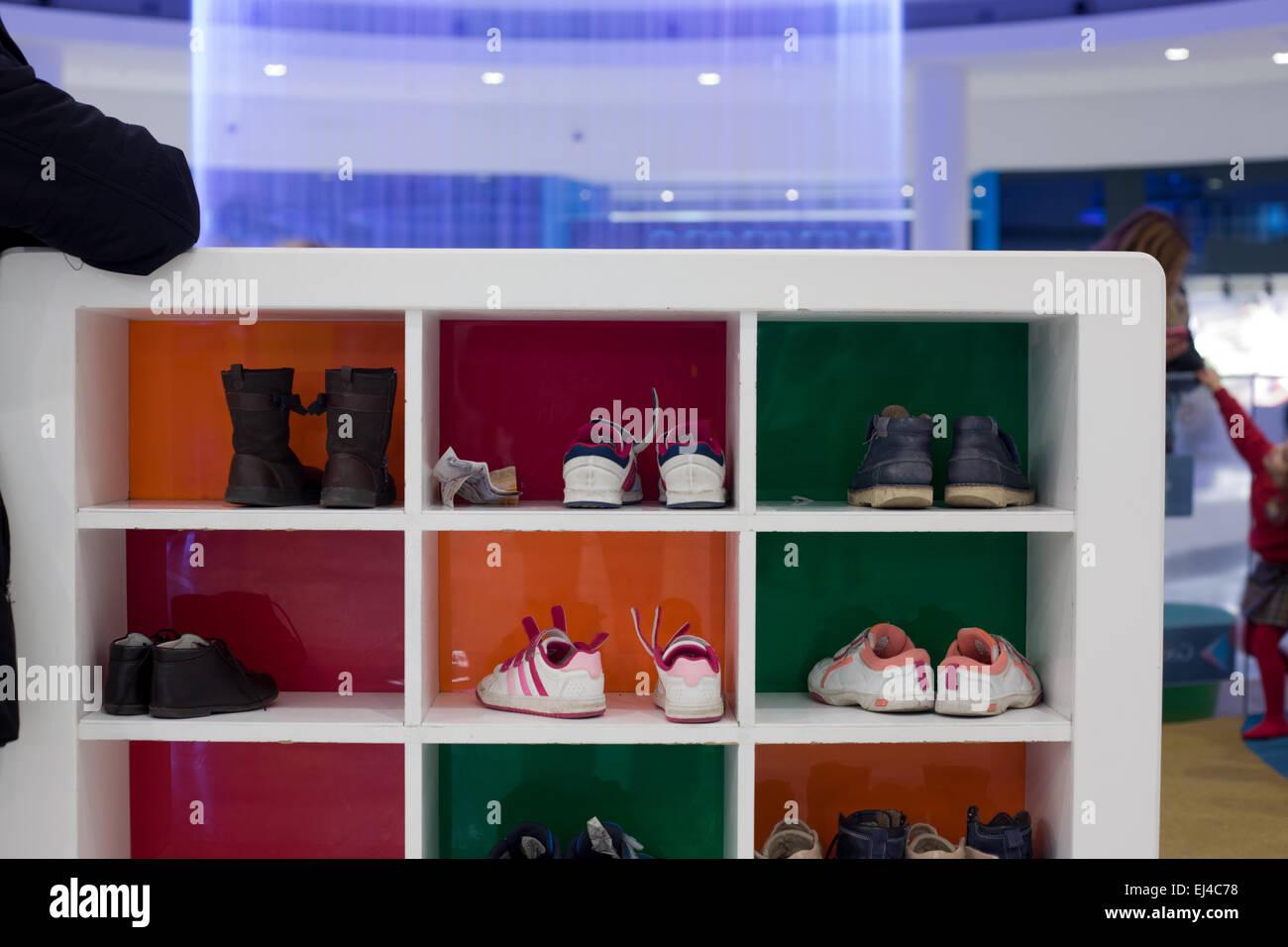 39cc16aa80286 Des étagères pour les chaussures pour enfants sur les boîtes dans une pièce  de théâtre Photo
