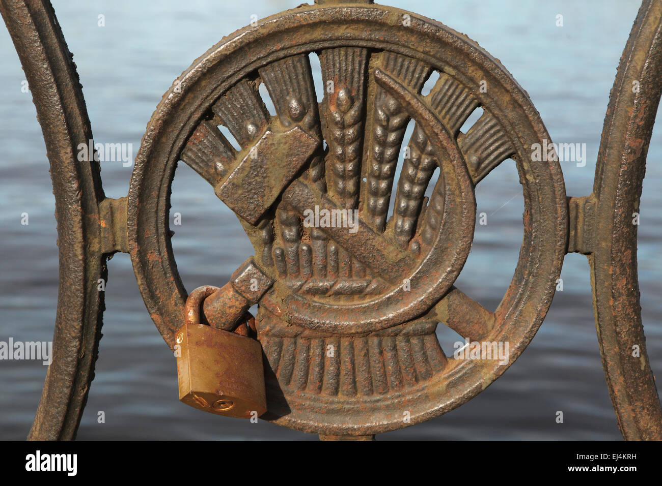 Love lock fixe sur le marteau et la faucille. Grille de temps soviétique sur le remblai de la Daugava à Photo Stock