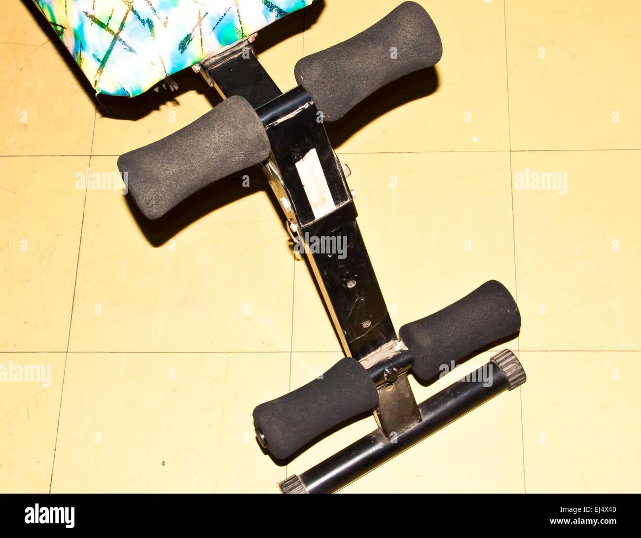 L'équipement d'exercice Les femmes et les hommes pour les sit-ups. Photo Stock