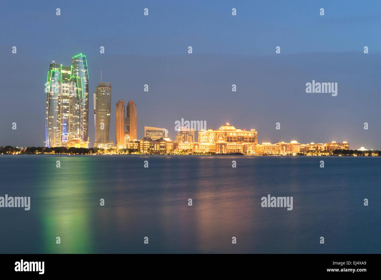 Vue sur l'horizon du soir de Abu Dhabi avec hôtel Emirates Palace en Émirats Arabes Unis Photo Stock