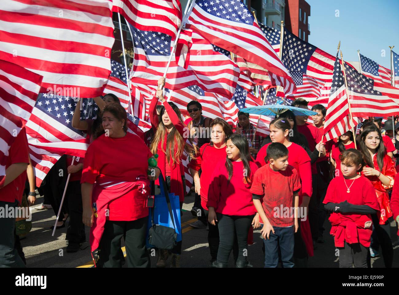 Drapeaux américains comme les enfants font la fête Le Nouvel An Chinois, 2014, année du cheval, Los Photo Stock