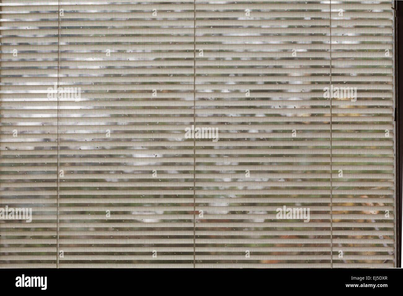 Un résumé photo de stores et maille à la projection vers l'extérieur d'une maison. Photo Stock