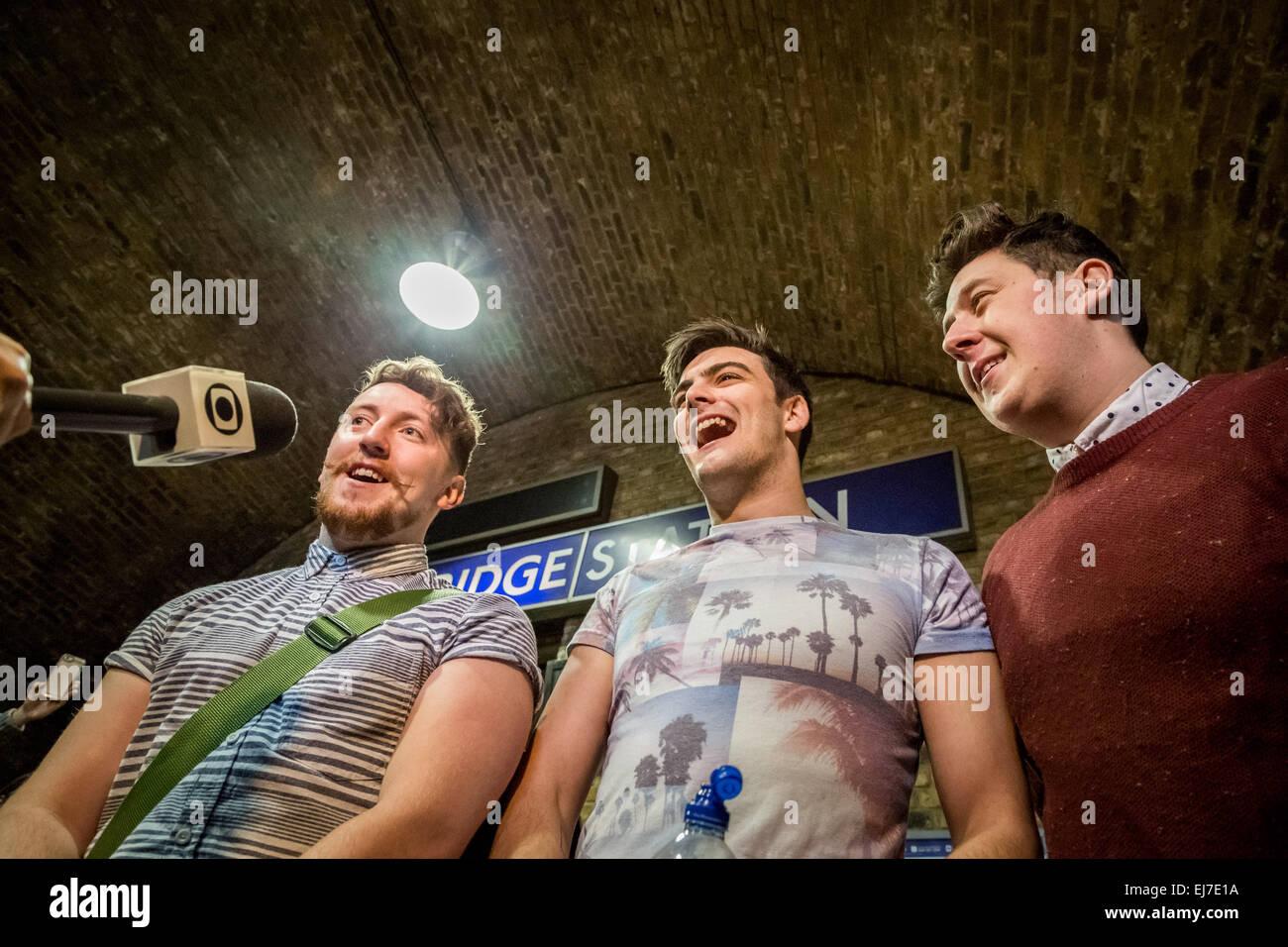 Londres, Royaume-Uni. 23 mars, 2015. La bande sur mesure busk à la Station London Bridge Crédit: Guy Josse/Alamy Live News Banque D'Images