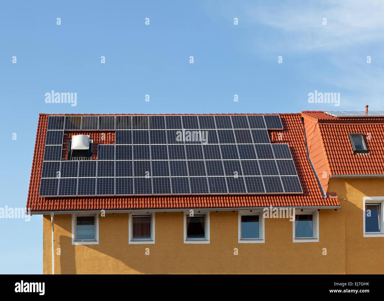 Des panneaux solaires sur le toit Photo Stock