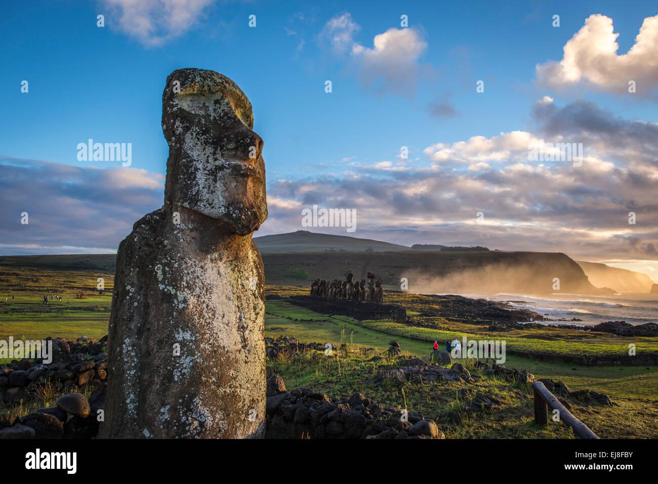 'Voyager' Tongariki Moai en premier plan avec en arrière-plan, Rapa Nui, l'île de Pâques, Photo Stock