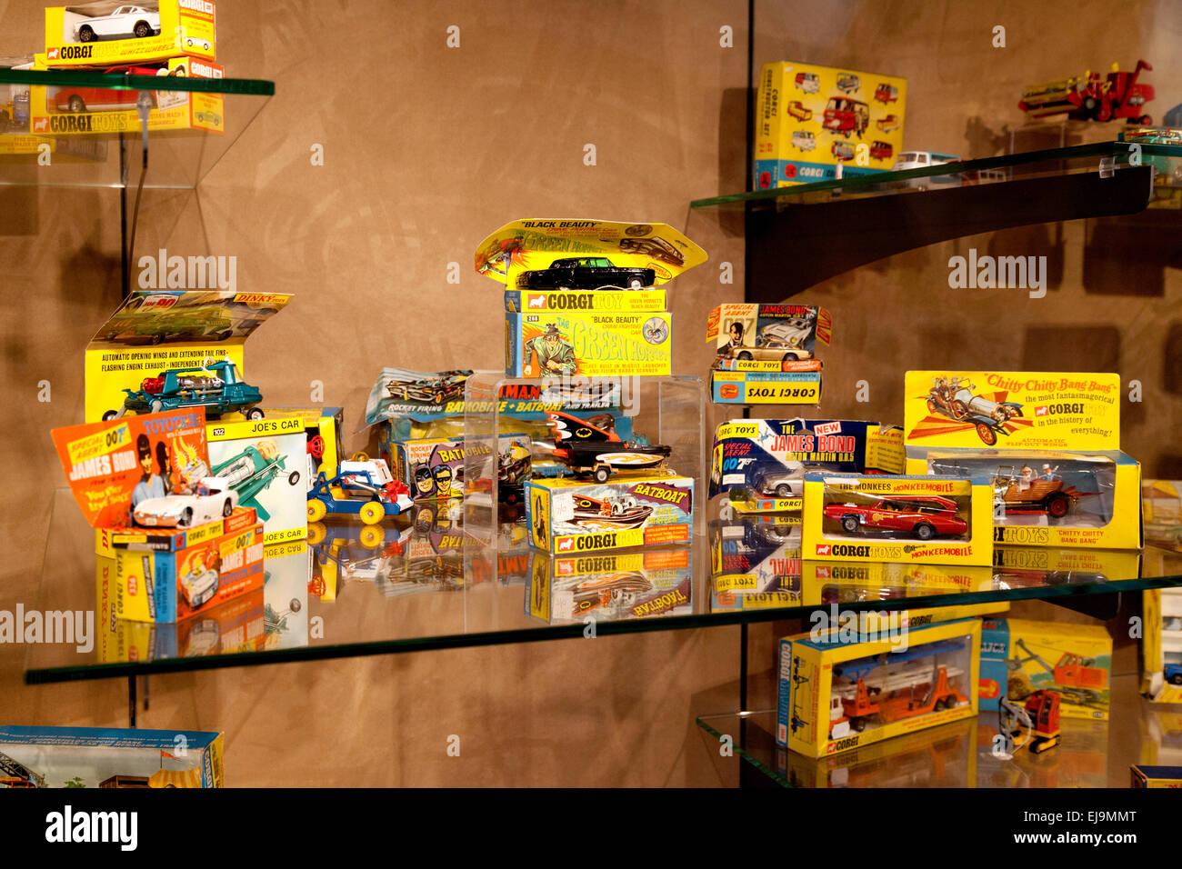 Un certain nombre d'années 1960 et 1970 voitures jouets Corgi à vendre à une vente aux enchères, Photo Stock