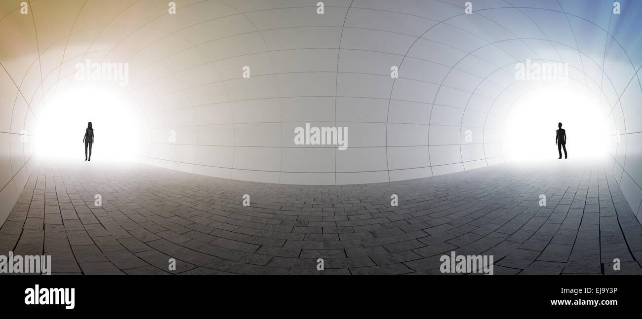 Un couple debout à deux extrémités d'un tunnel Photo Stock