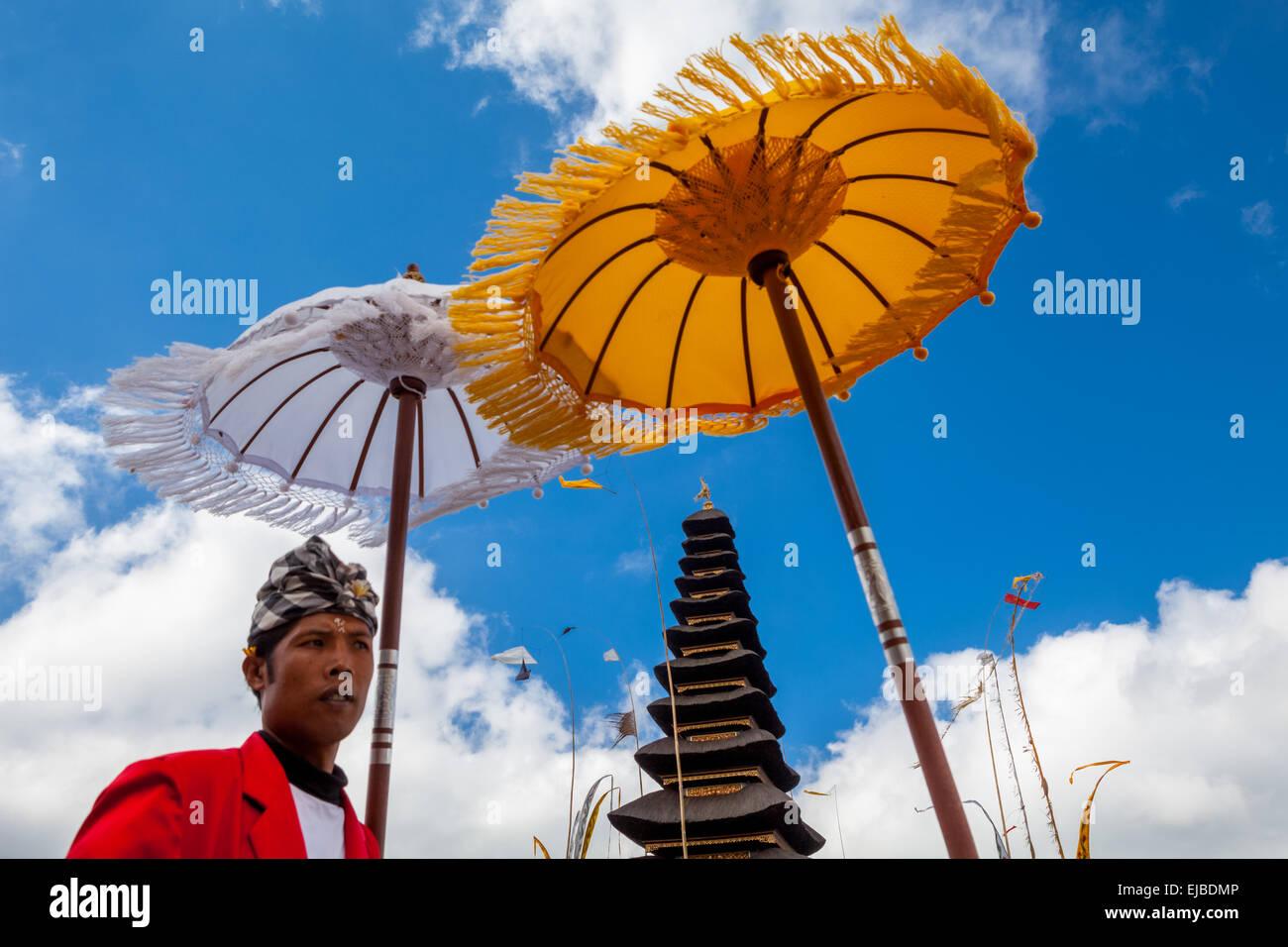 Portrait de pecalang (force de sécurité traditionnels balinais) au temple d'Ulun Danu Bratan, Bali, Photo Stock