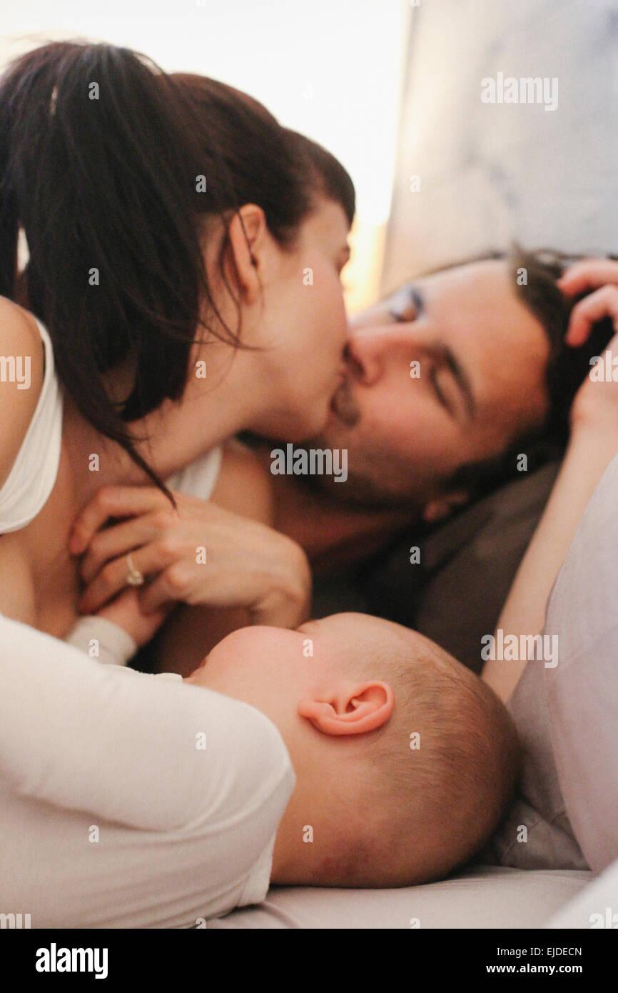 Une mère, père et bébé jouant à la maison. Photo Stock