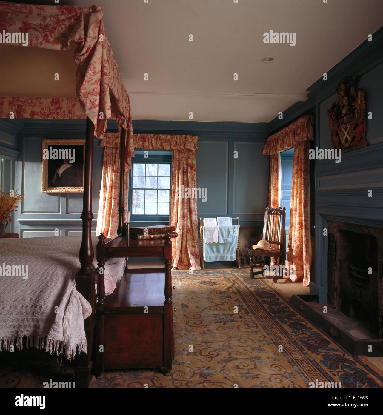 Lit A Baldaquin Ancien Coffre En Chene Et Panneaux En Bleu Chambre