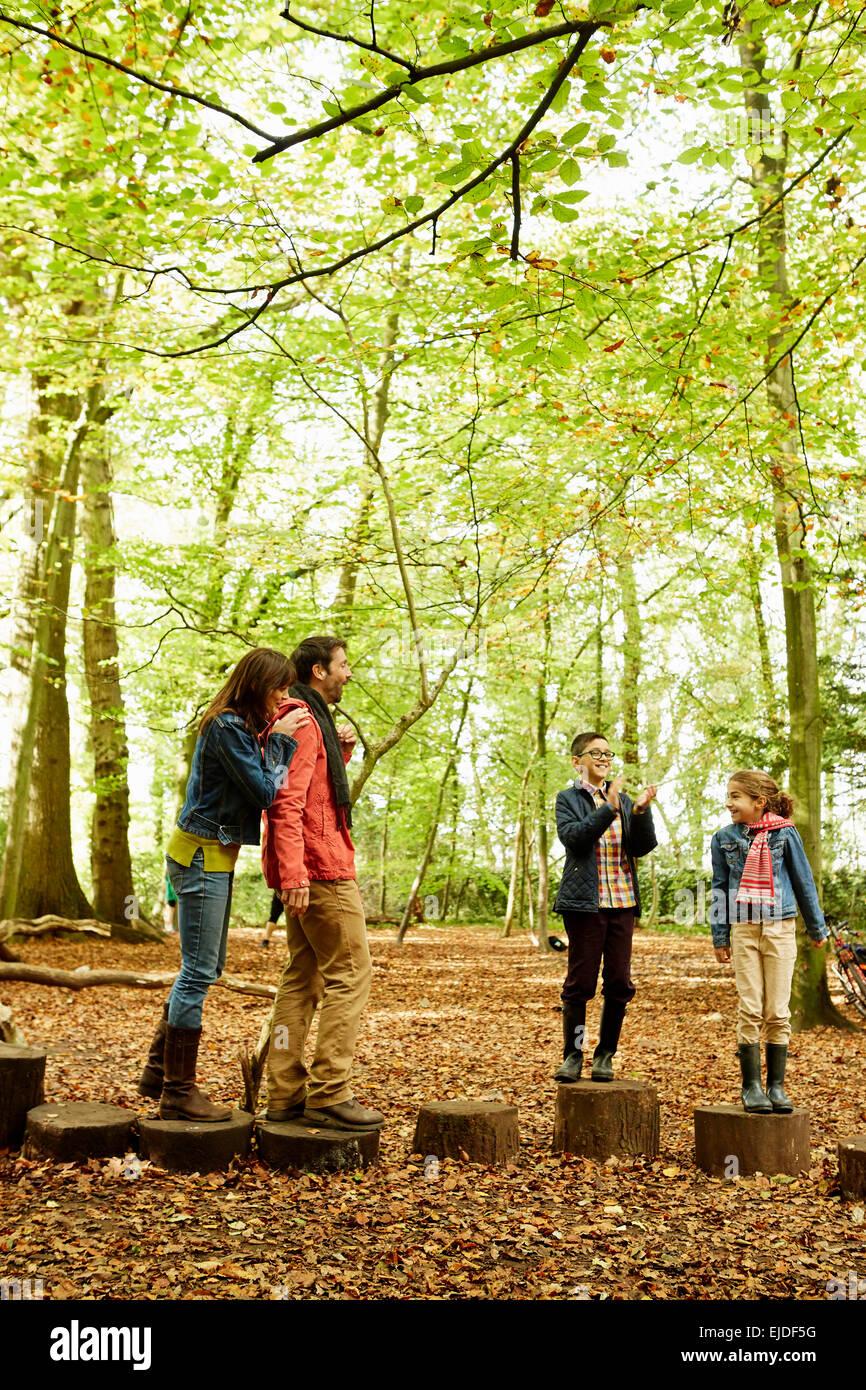 Bois de hêtre à l'automne. Une famille de quatre personnes dans les bois. Photo Stock