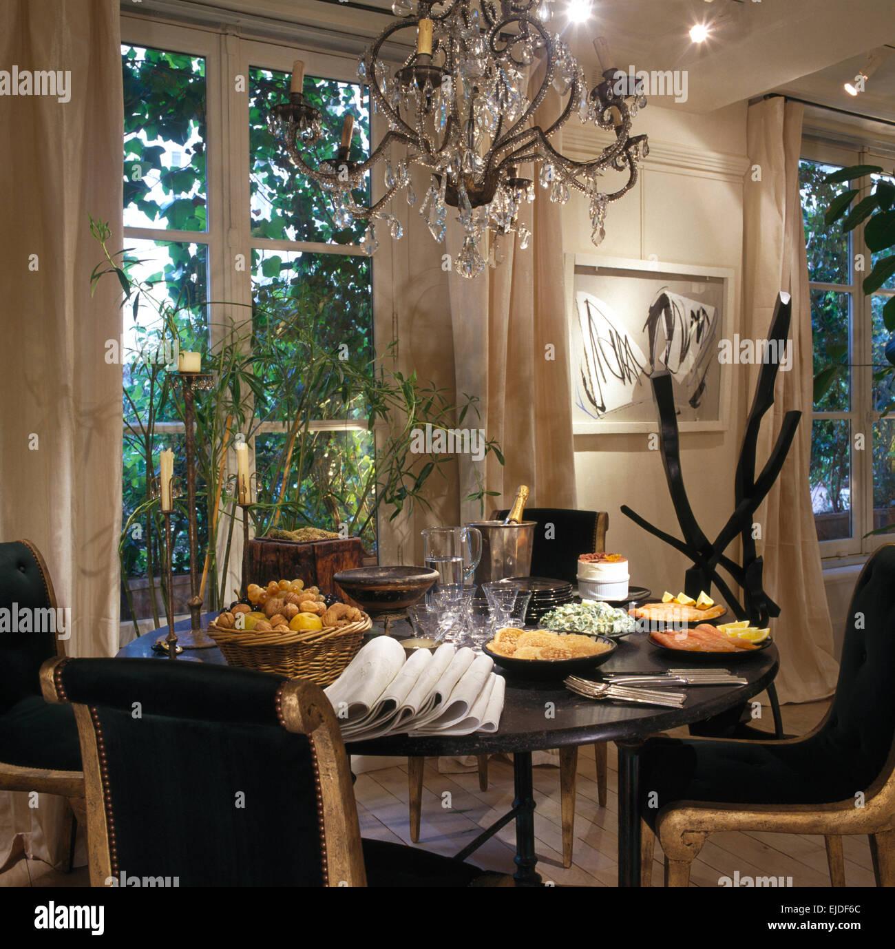 Noir Chaises Dorées Au Set De Table Pour Le Déjeuner Dans La Salle