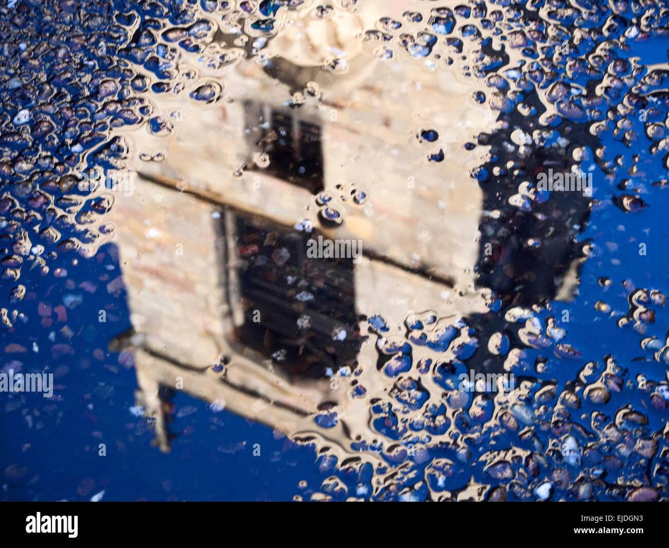 Des problèmes de mise au point de réflexion St Olaves Church Tower dans une flaque de pluie Musée Photo Stock