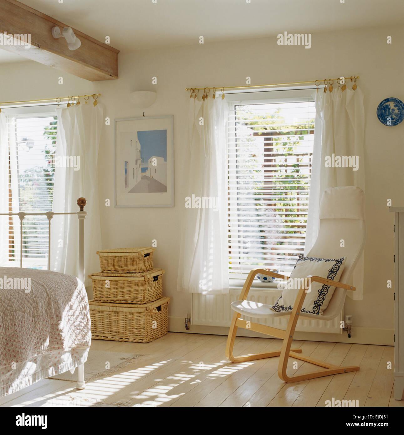 Chambre Blanche Et Bois style scandinave chaise en bois et l'osier commodes en