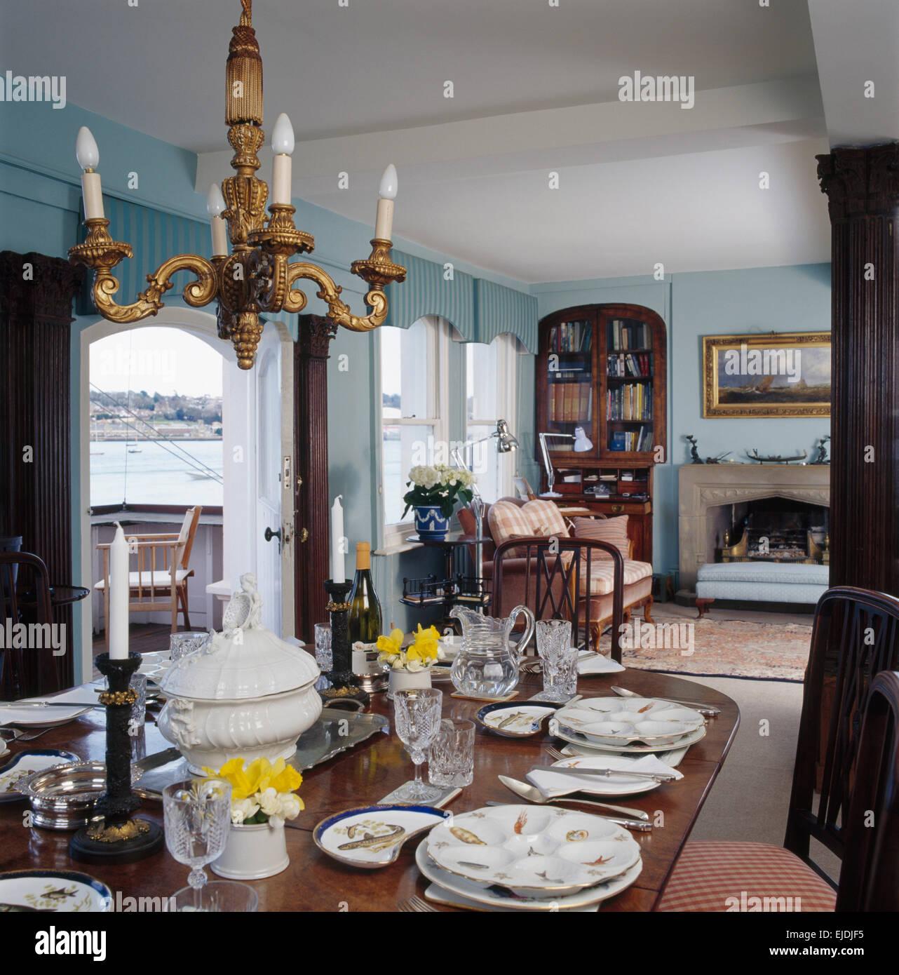 Merveilleux Set De Table Pour Le Déjeuner Dans La Salle à Manger Avec Côtières Bleu  Lustre Doré