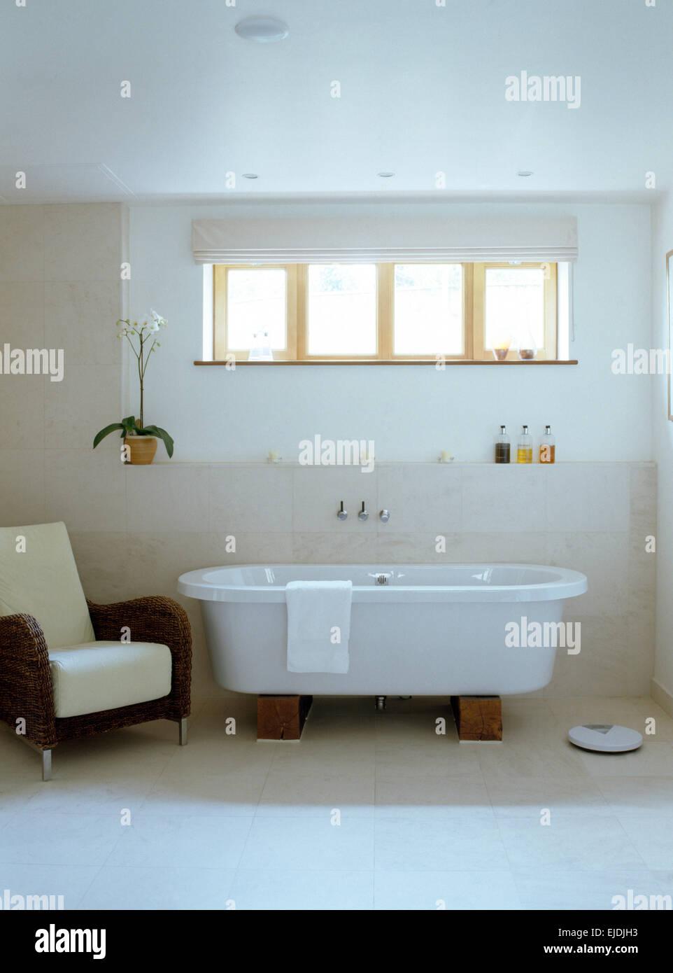 Baignoire moderne en blanc salle de bains contemporaine avec un ...