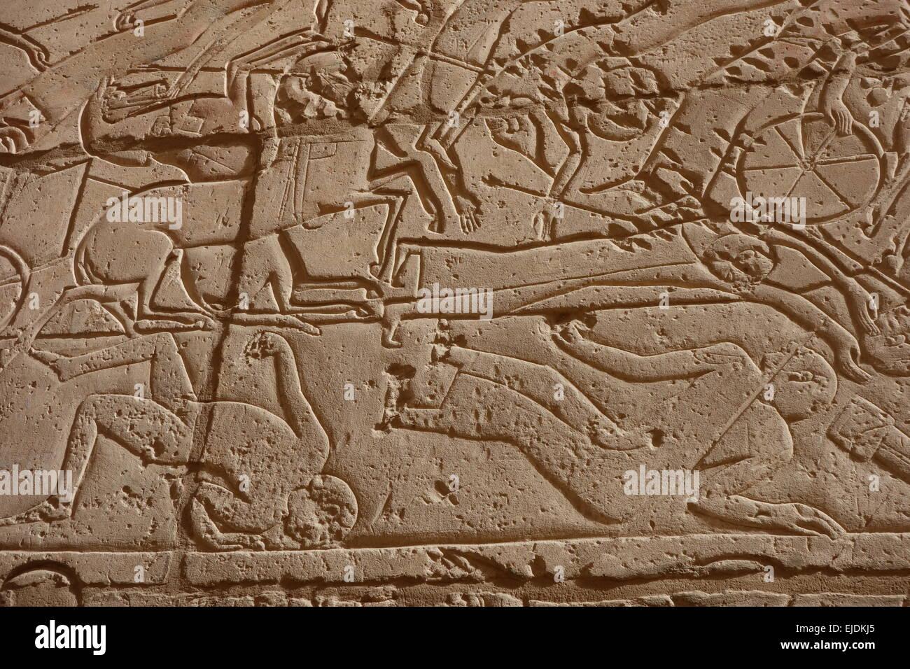 Égypte, Vallée des Rois. Temple Ramesseum montrant de chevaux de bataille violents guerriers tombés. Photo Stock