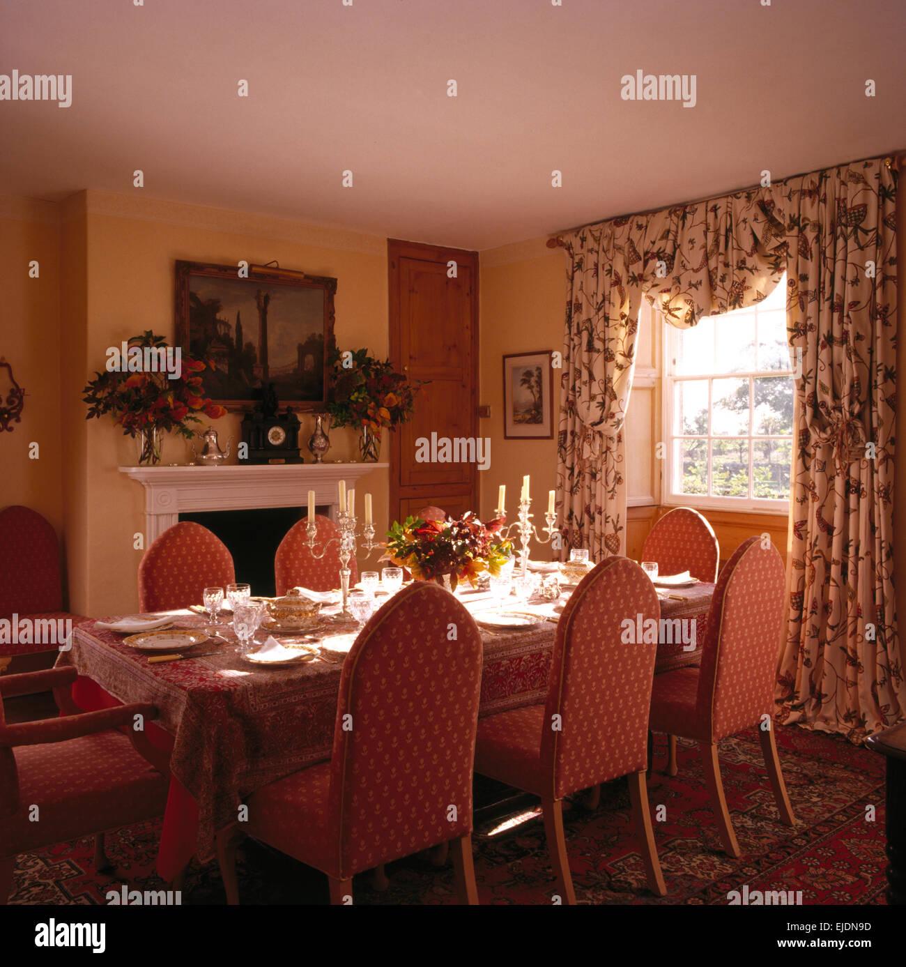 chaises de style gothique capitonn rose set de table pour le djeuner en pays salle manger avec des rideaux la fentre