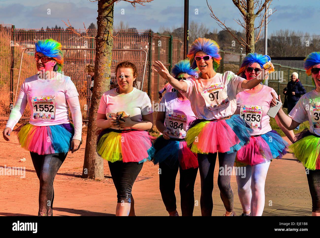 Les femmes en costumes colorés et perruques participer dans la charité fun run à Londonderry, Derry, Photo Stock