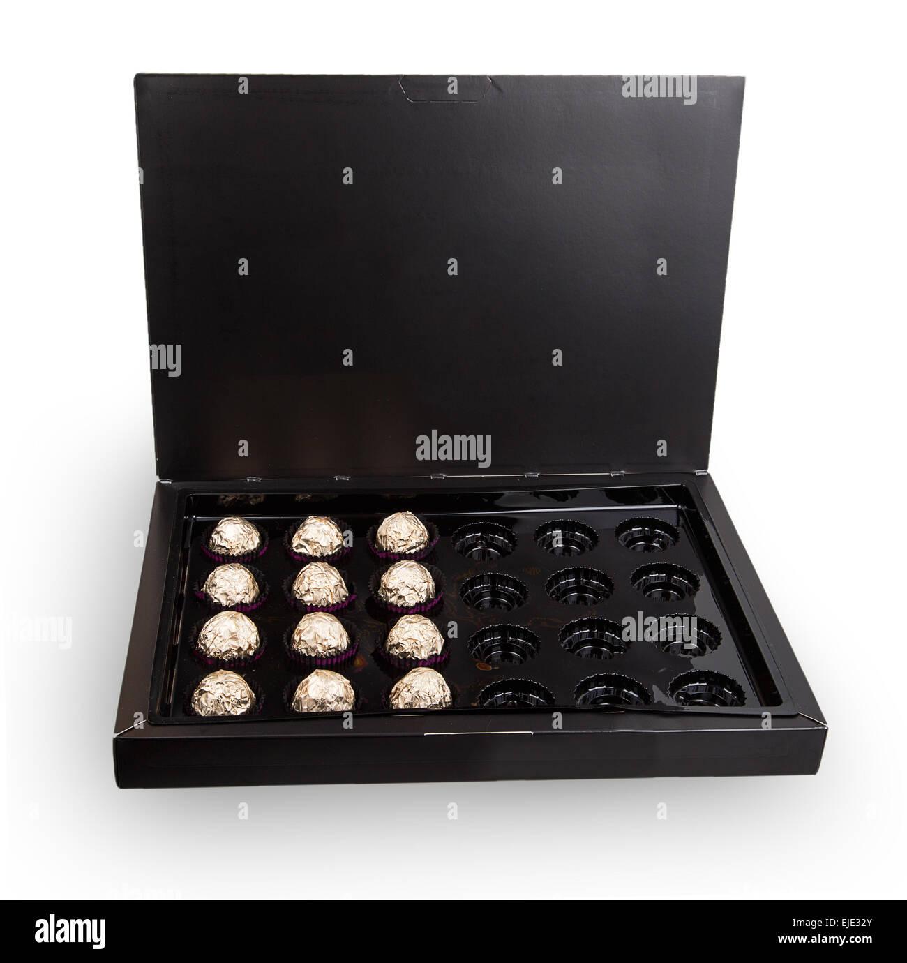 Ouvrir une boîte de chocolats isolé sur fond blanc Banque D'Images