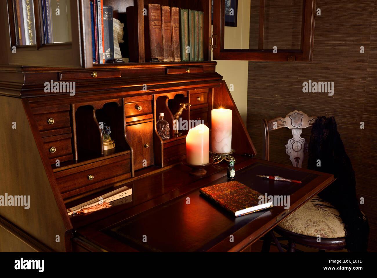 Secrétaire en bois classique d un bureau dans une pièce sombre