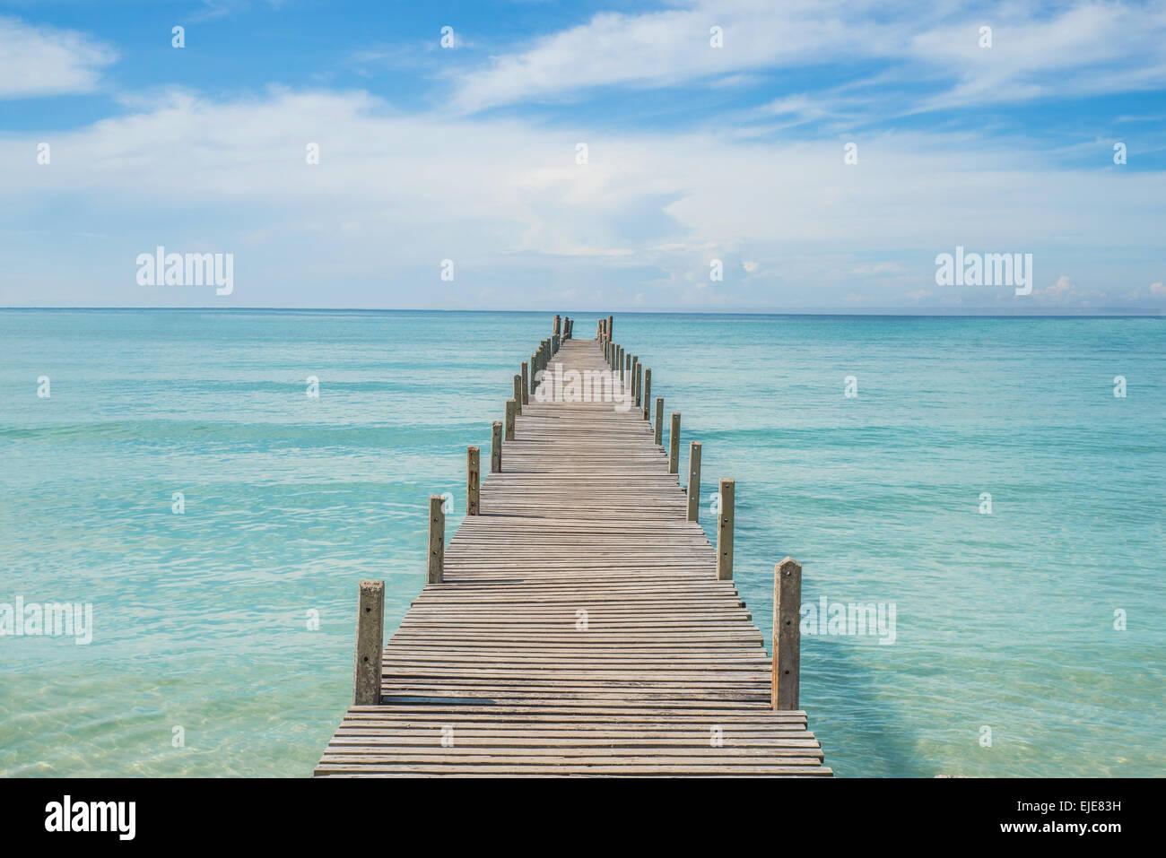 L'été, les voyages, vacances et Maison de Vacances - concept jetée en bois à Phuket, Thaïlande Photo Stock