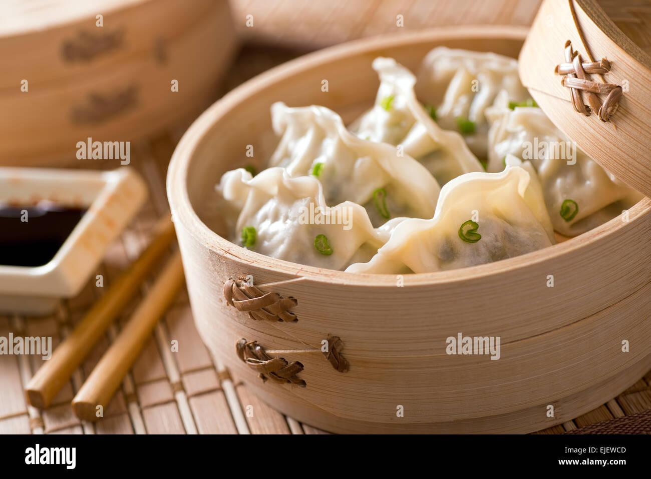 Dim sum avec les poireaux, la viande et les oignons verts dans un cuiseur vapeur en bambou. Photo Stock