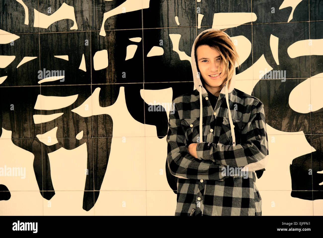 Portrait de jeune homme avec des cheveux rasta dans un concept de vie filtre appliqué à chaud Photo Stock