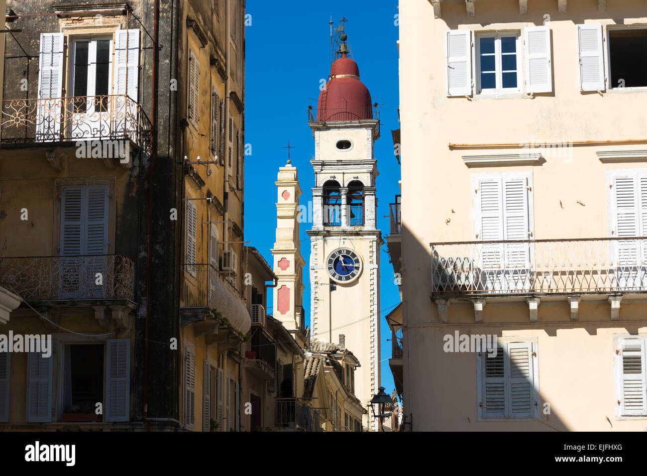 Scène de rue par la Spianada et Église de Saint Spyridon avec clocher à horloge traditionnelle Kerkyra, Photo Stock