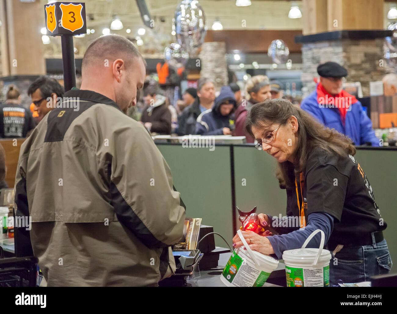 Troy, Michigan - une hôtesse sur le terrain et de vapeur à l'extérieur store. Photo Stock