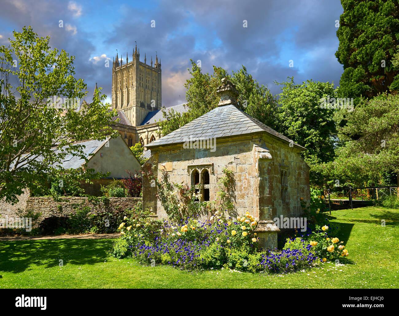 Jardins du palais des évêques de la cathédrale de Wells la cité médiévale construite au début du style gothique anglais en 1175, les puits Somerse Banque D'Images
