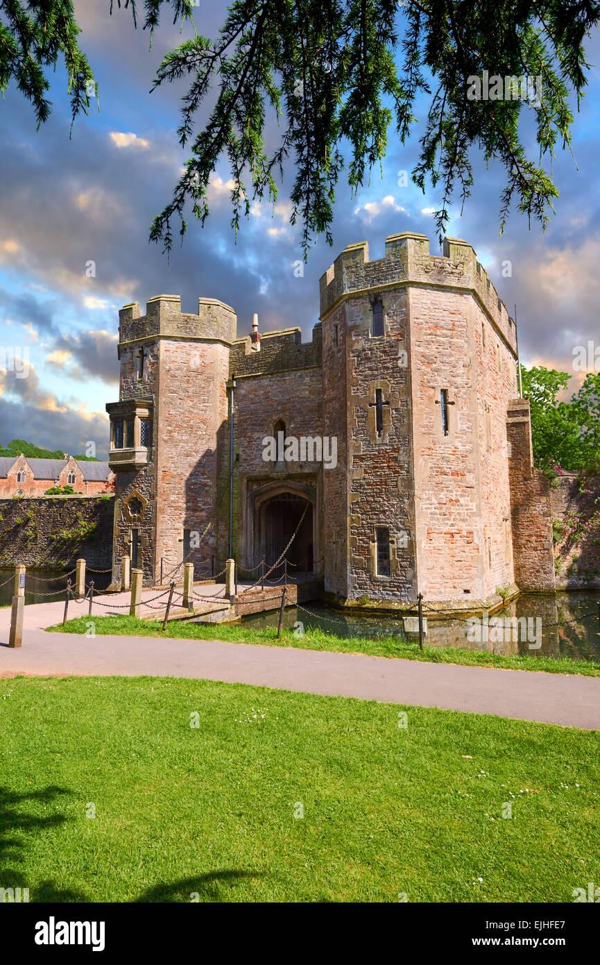 Porte médiévale House et les douves du palais des évêques, Wells, Angleterre Banque D'Images