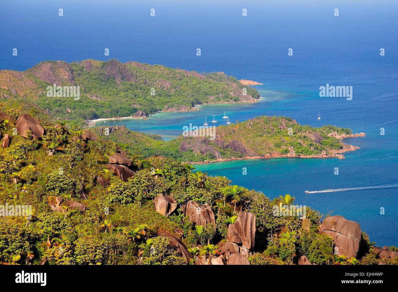 Vue depuis le Grand Fond, la montagne de la baie d'Anse Lazio, Praslin Island, Seychelles Photo Stock