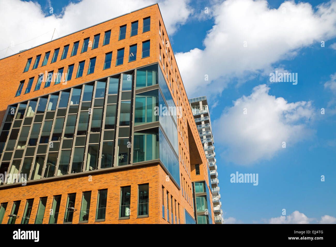 Un immeuble de bureaux modernes avec des briques rouges et une
