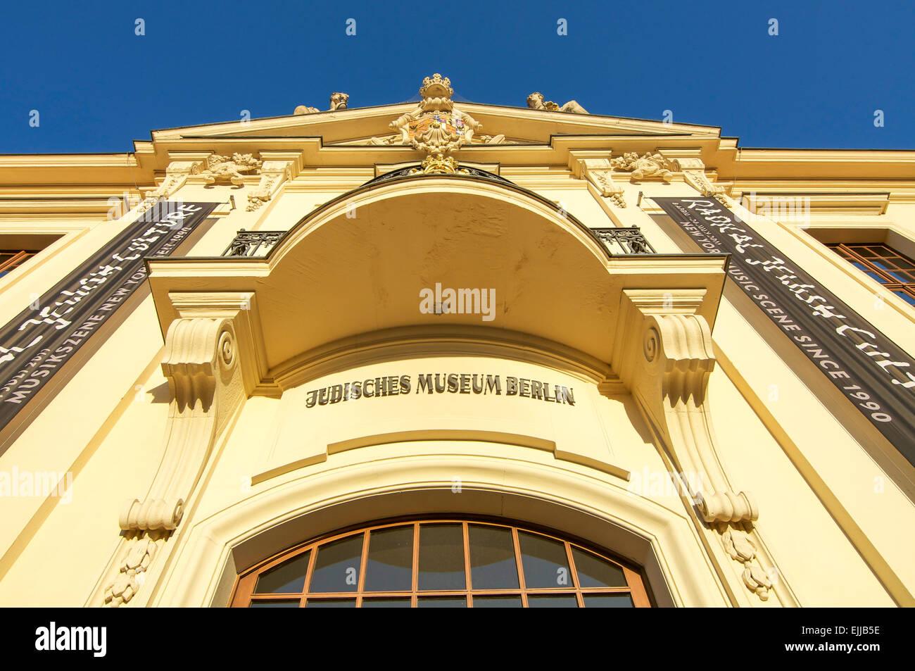 La couleur jaune doré à l'entrée le Musée Juif de Berlin, Allemagne. Banque D'Images
